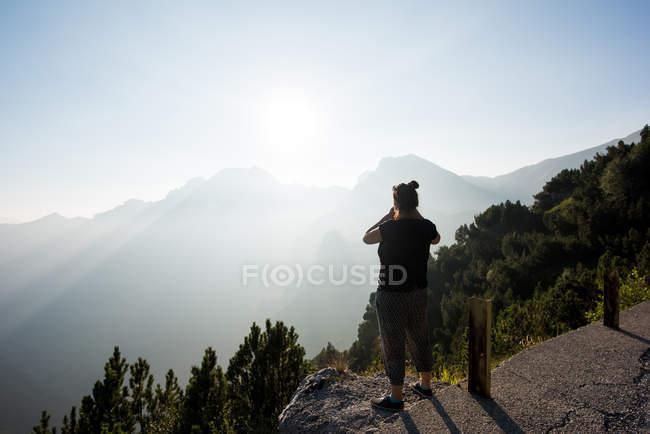 Vista posteriore della donna che esamina la vista delle montagne, Passo Maniva, Italia — Foto stock