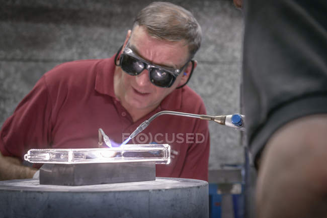 Ventilateur en verre industriel construisant la partie en verre complexe, gros plan — Photo de stock