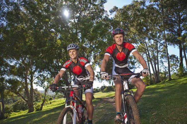 Велогонщики на велосипеде в парке — стоковое фото