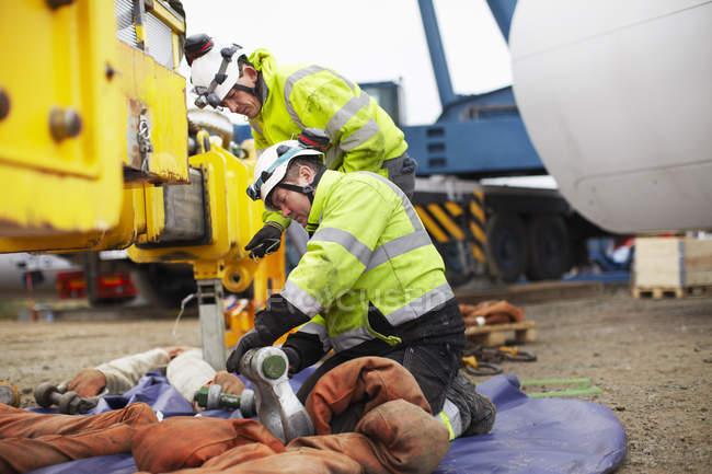 Ingenieros que se preparan para trabajar en la construcción de turbinas eólicas - foto de stock