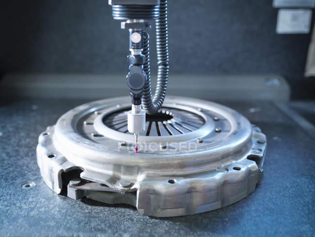 Крупный план промышленного сцепления в заводской измерительной машине — стоковое фото