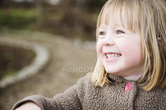 Ritratto di giovane ragazza sorridente in giardino — Foto stock