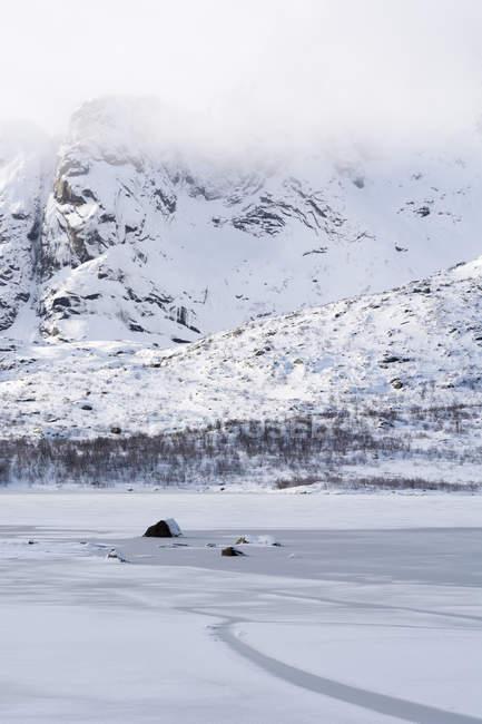 Fiorde congelado perto Svolvaer, Ilhas Lofoten, Noruega — Fotografia de Stock