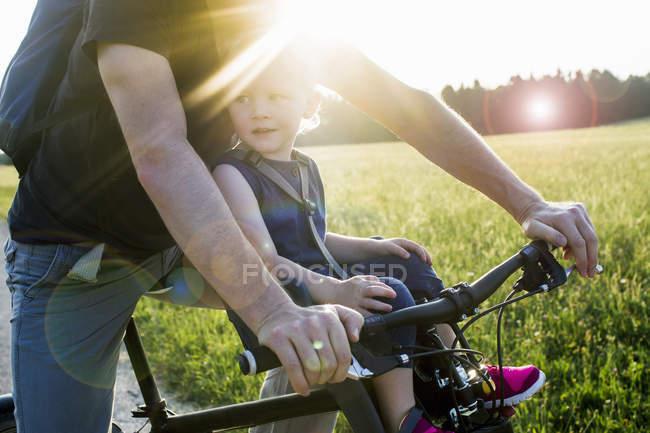 Pai e bebê filha andar de bicicleta juntos, seção meio — Fotografia de Stock