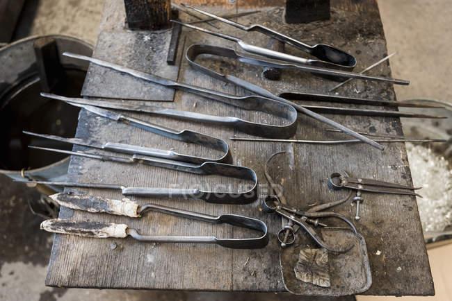 Митець інструменти в майстерні, крупним планом — стокове фото