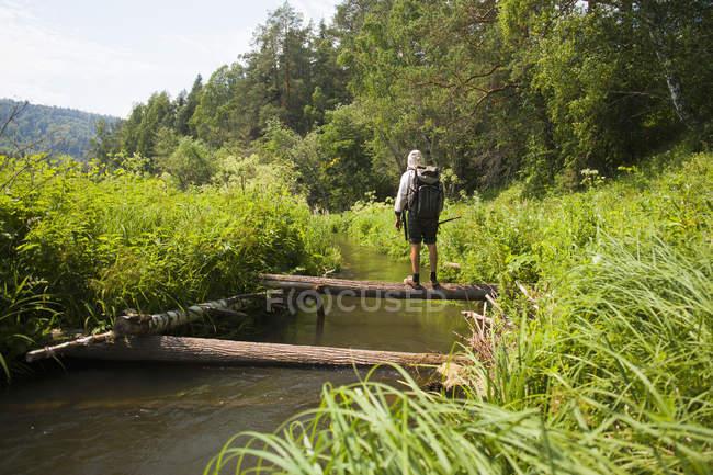 Средний взрослый мужчина, рыбалка от журнала моста, Sarsy деревне, Свердловская область, Россия — стоковое фото
