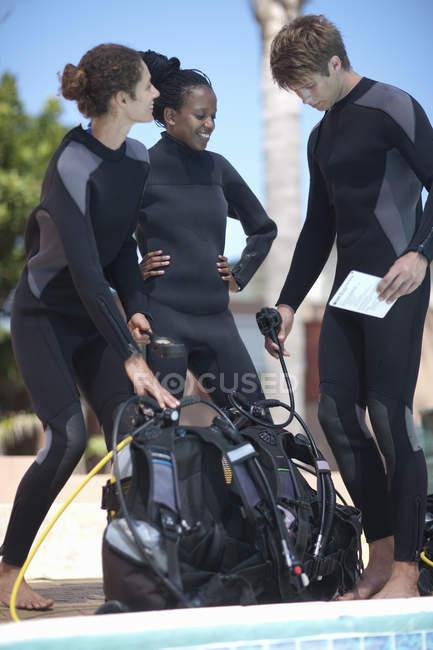 Инструктор по подводному плаванию и ученики с аквалангом — стоковое фото