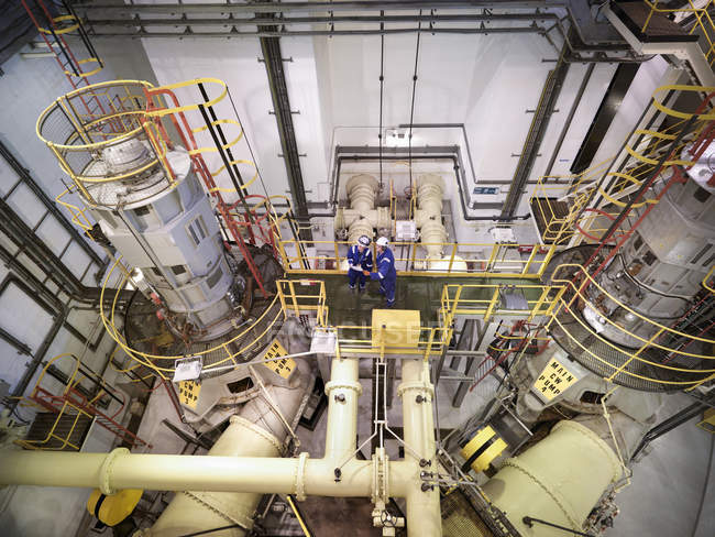 Ingenieure im Meerwasser-Pumpwerk des Kraftwerks, Blick aus dem Hochwinkel — Stockfoto