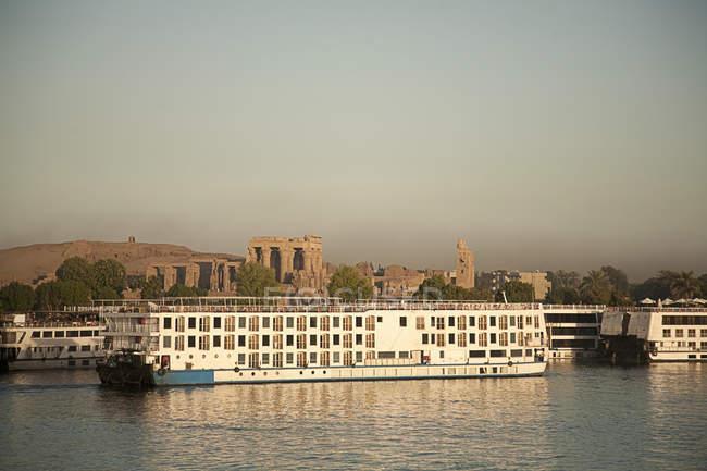 Vista distante do Templo de Kom Ombo, Rio Nilo, Egito — Fotografia de Stock