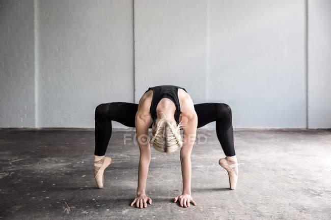 Фронтальный вид танцовщика, практикующего в студии — стоковое фото