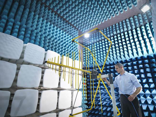 Ученый готовится измерить электромагнитные волны в анехоической камере — стоковое фото
