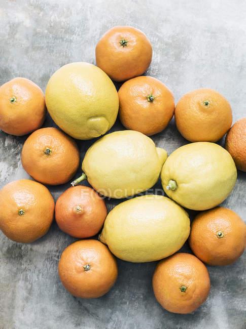Вид зверху стиглі мандарини і лимонів на стіл — стокове фото