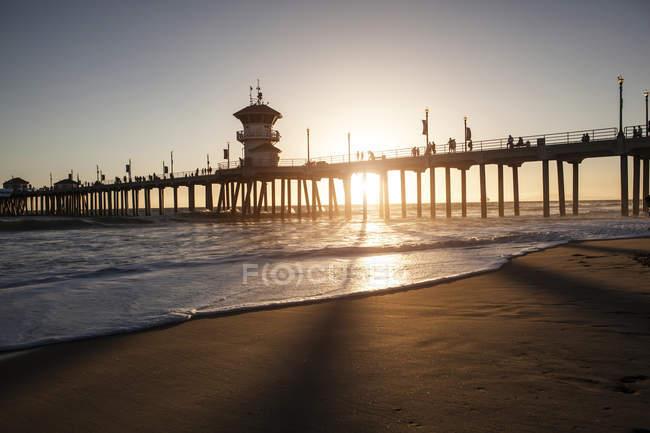 Vue imprenable sur la jetée au coucher du soleil, Huntington Beach, Californie, États-Unis — Photo de stock