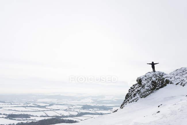 Женщина, стоящая на Рекине зимой, Шропшир, Англия, Великобритания — стоковое фото
