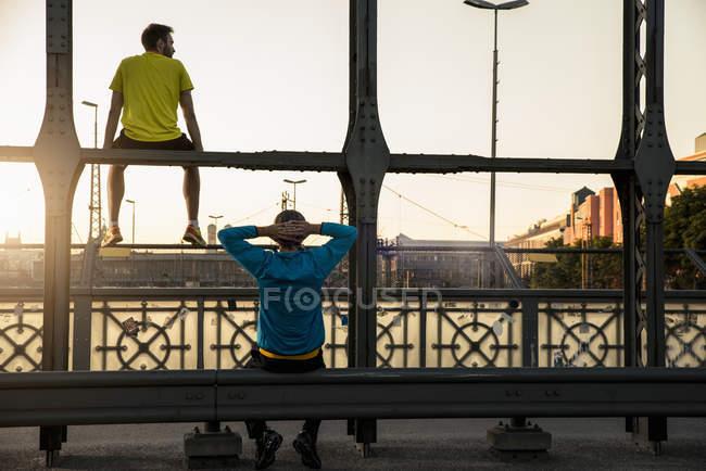 Freunde entspannen auf Brücke, München, Bayern, Deutschland — Stockfoto