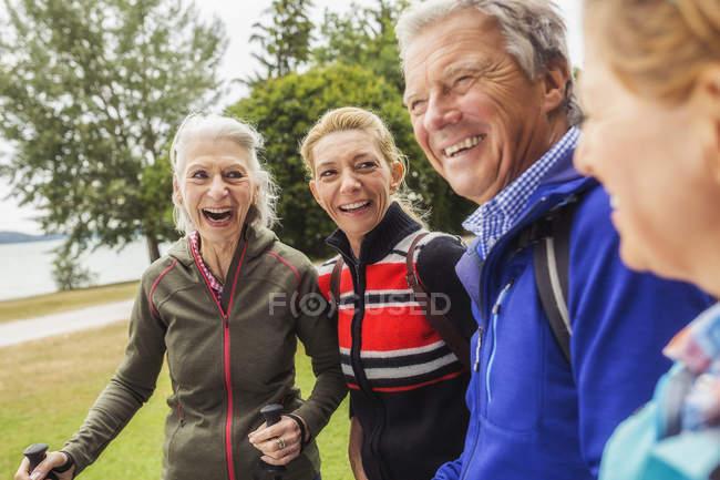 Gruppo di amici escursionismo, sorridente — Foto stock