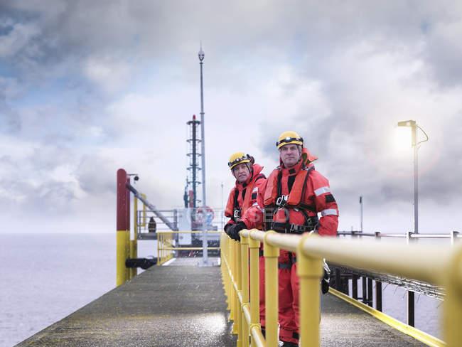 Trabalhadores de parques eólicos offshore em molhe no mar, retrato — Fotografia de Stock