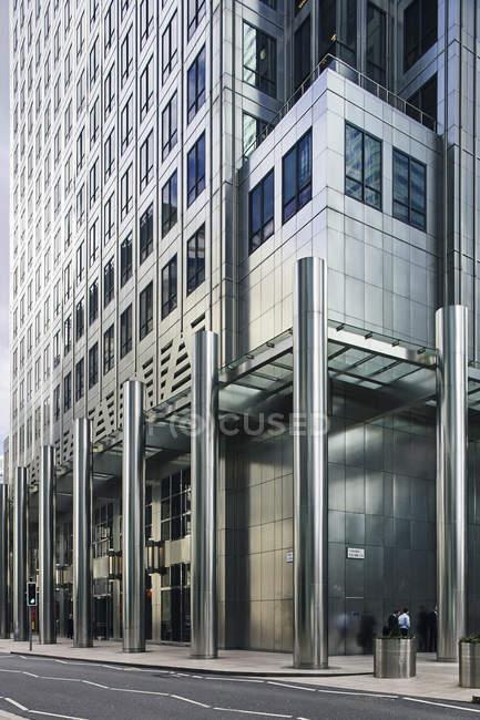 Asfalto e edifício de escritórios, Londres — Fotografia de Stock