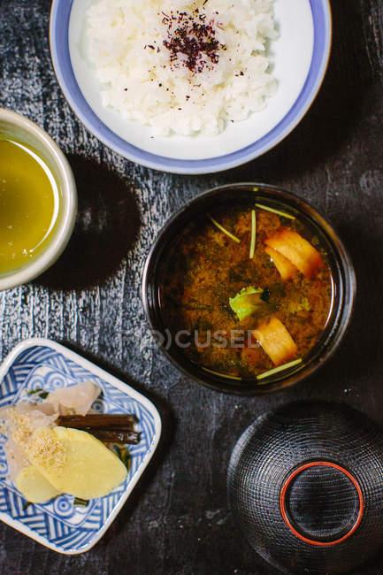 Вид зверху місо суп, білого рису і Соління — стокове фото