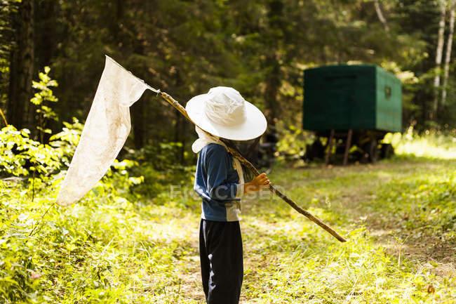 Мальчик в лесу с чистой, Sarsy села бабочка, Свердловская область, Россия — стоковое фото
