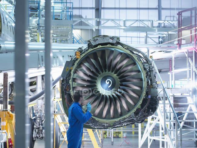 Інженер інспектори двигунами літакобудівний завод технічного обслуговування — стокове фото