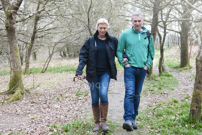 Casal de caminhadas, caminhando no bosque — Fotografia de Stock