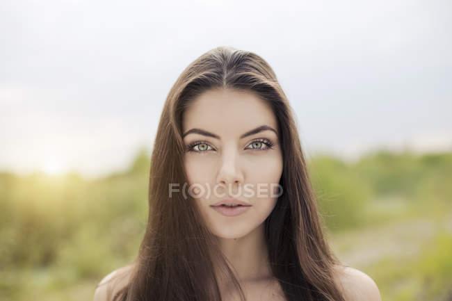 Голые плечи портрет красивой молодой женщины — стоковое фото