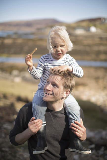 Père fils comptable sur les épaules — Photo de stock