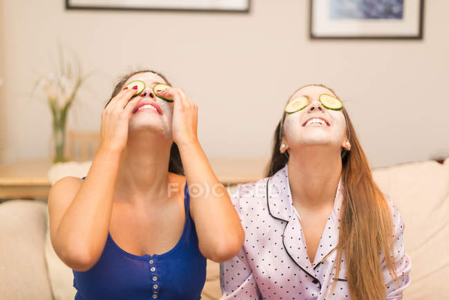 Две девушки в масках для лица — стоковое фото