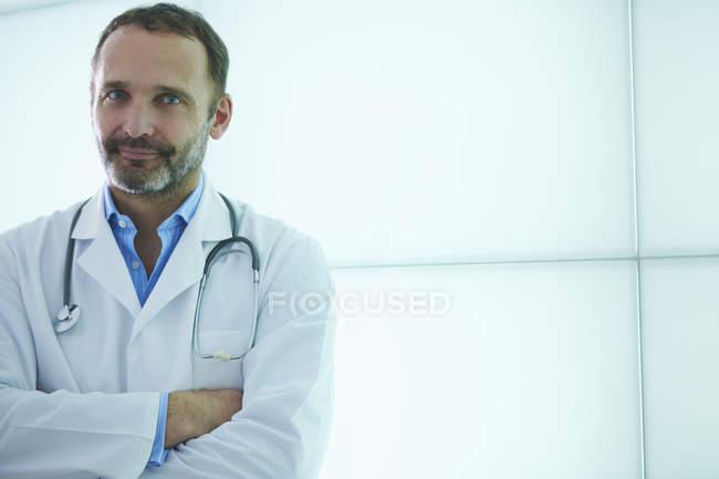 Medico posa contro pannello parete retroilluminato — Foto stock