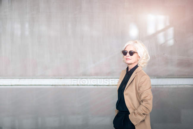Portrait of mature businesswoman, wearing sunglasses — Stock Photo