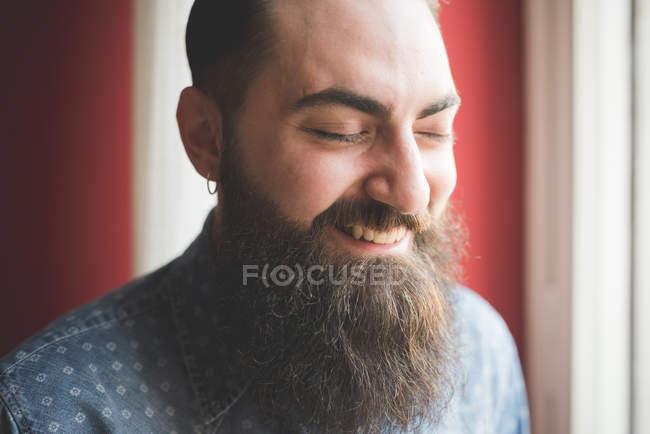 Retrato de jovem barbudo — Fotografia de Stock