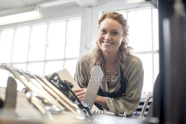 Impressora feminina na oficina de impressão tipográfica — Fotografia de Stock
