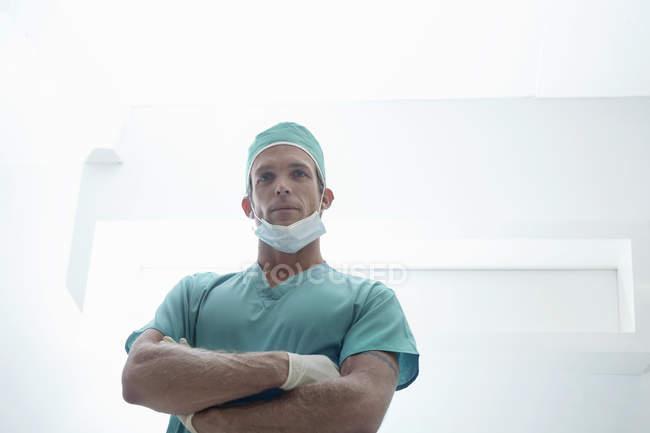 Портрет впевнено чоловічого хірурга зі зброї скласти носіння хірургічна клініка — стокове фото