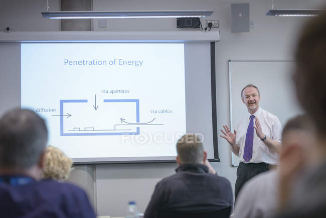 Dozent wendet sich in Seminarvortrag an Publikum — Stockfoto
