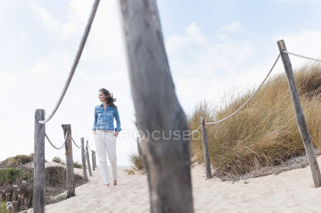 Mitte Erwachsene Frau spazieren am Seil eingezäunten Weg, Sardinien, Italien — Stockfoto