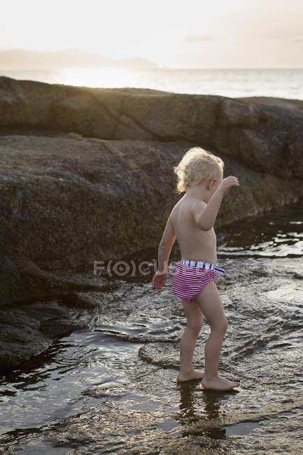 Bébé femelle patauger dans la mer, Calvi, Corse, France — Photo de stock