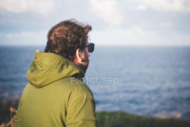 Homem adulto médio olhando para o mar da costa ventosa, Sorso, Sassari, Sardenha, Itália — Fotografia de Stock