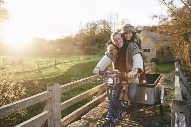 Reifes Hippie-Paar auf Dreirad und Anhänger auf Landstraße — Stockfoto