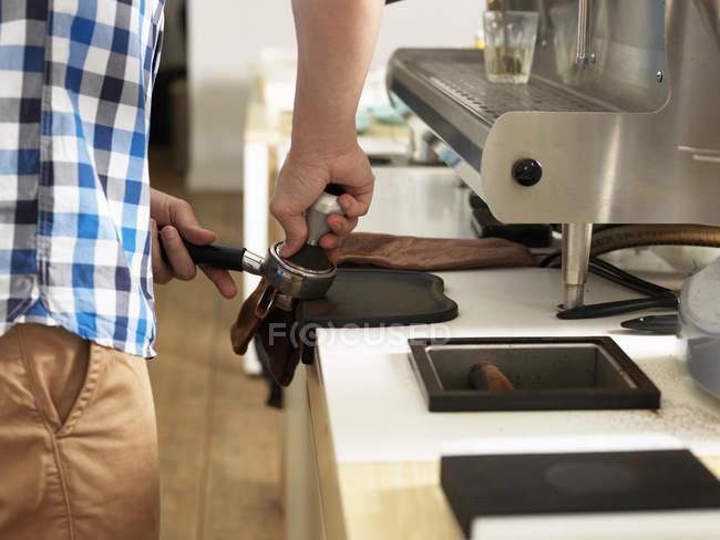 Mann, der hinter Kaffeebar arbeitet, erschossen — Stockfoto