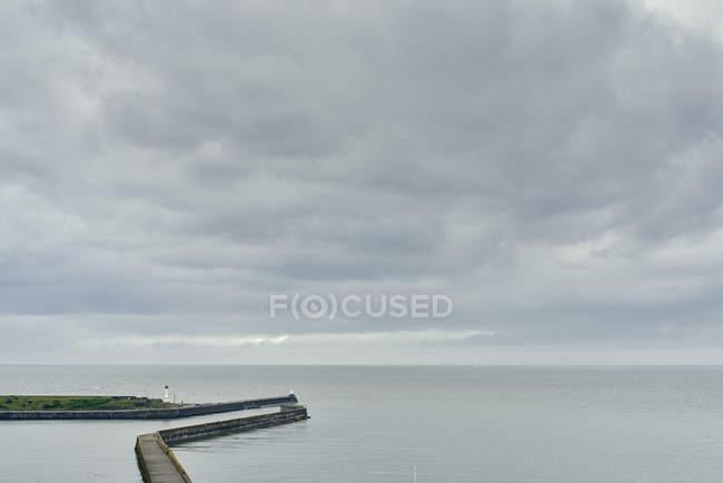 Paredes marítimas y portuarias elevadas, Maryport, Cumbria, Reino Unido - foto de stock