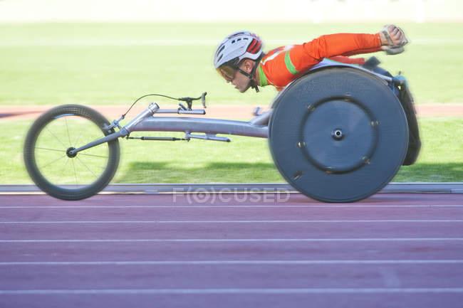 Atleta masculino en competición para-atletismo en el estadio - foto de stock