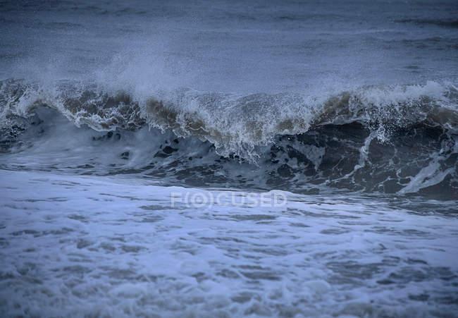 Vue panoramique sur les vagues de l'océan au crépuscule — Photo de stock