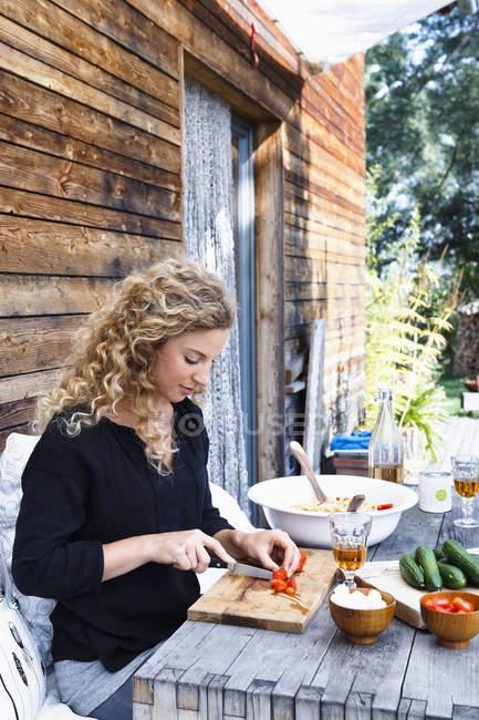 Donna che prepara il pranzo all'aperto — Foto stock