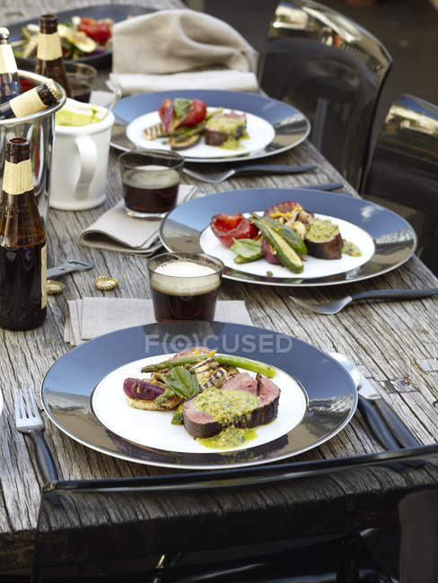 Порції яловичини з барбекю салат woode таблиці — стокове фото