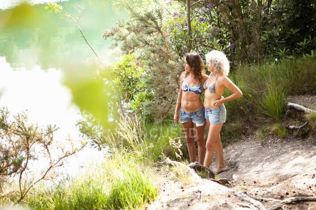 Мати і дочка насолоджуючись природою, блакитний басейн, Велика Британія — стокове фото