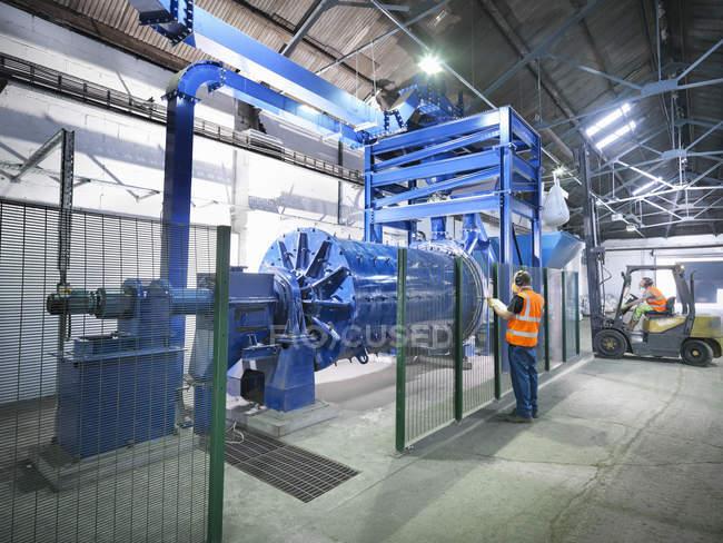 Arbeiter in der industriellen Metallerzschleiferei — Stockfoto