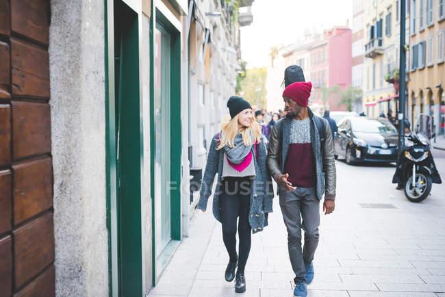 Пара, йдучи по тротуару на відкритому повітрі в денний час — стокове фото