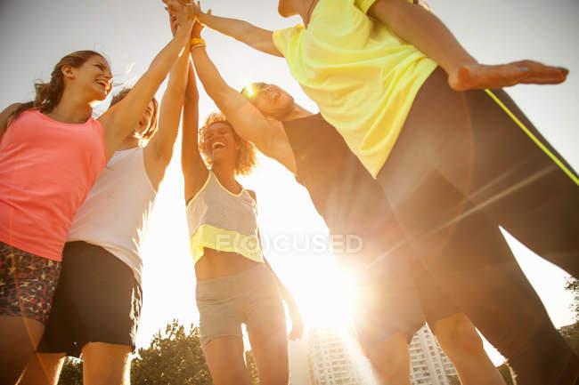 Vue à angle bas d'amis adultes donnant cinq dans le parc — Photo de stock