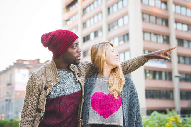 Couple sightseeing in city — Stock Photo